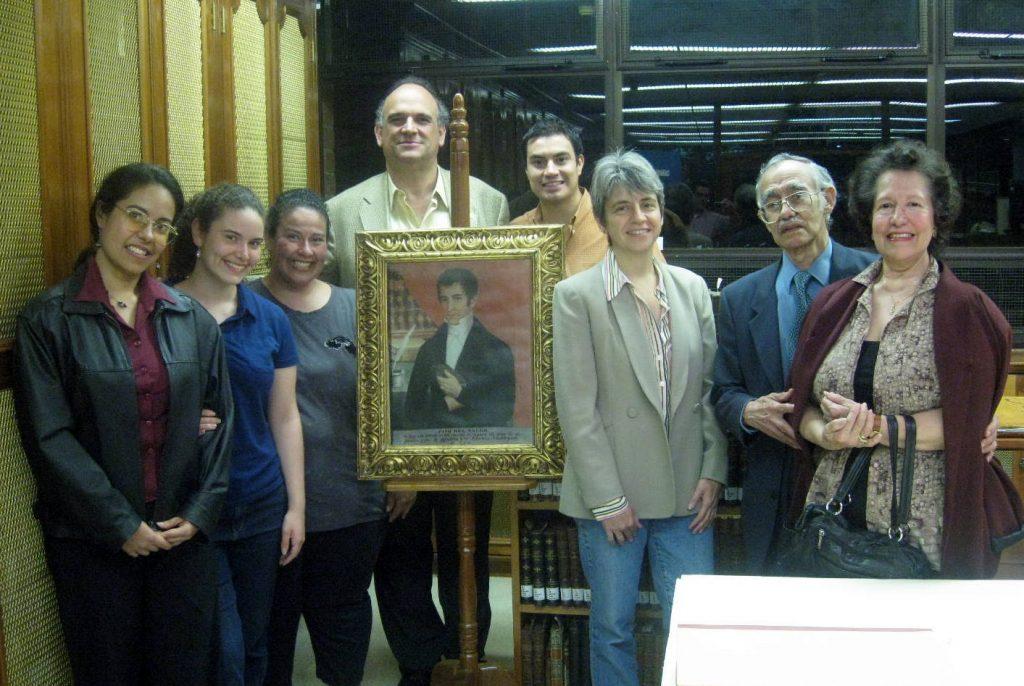 Familiares de José del Valle, junto al retrato del ilustre político, en la Biblioteca Ludwig von Mises