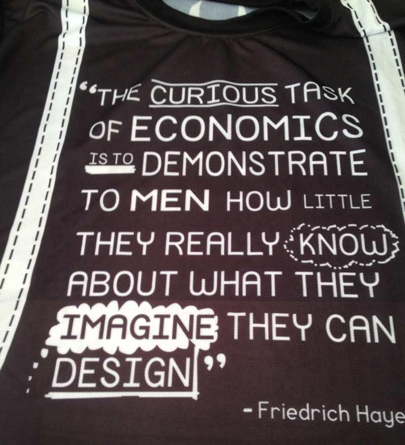 La t-shirt tiene un diseño original y una frase de F.A. Hayek.
