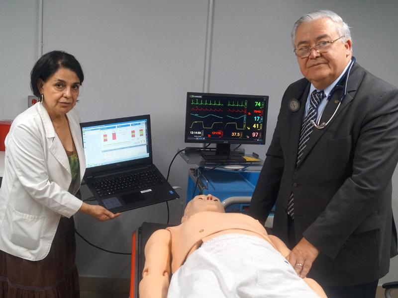 La doctora Rosa Escobar y el decano, Federico Alfaro, durante uno de los cursos de cardioreanimación.