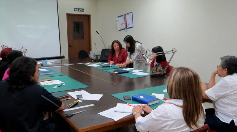 Vista de una de las sesiones del taller de elaboración de marbetes, en la UFM.
