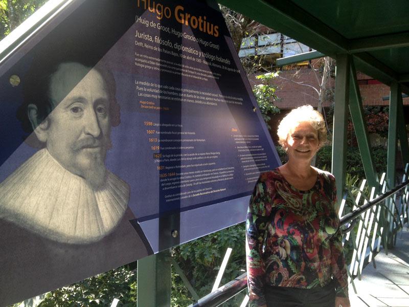 Annette Kiel en el puente Puffendorf-Grotius, en el campus de la Universidad Francisco Marroquín.