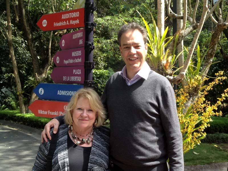 Susan Motheral y Pedro Molina A. en el jardín de la UFM.