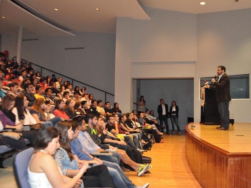 Miembros del equipo de Pollo Campero compartieron con estudiantes de la FCE en el Auditorium Milton Friedman.