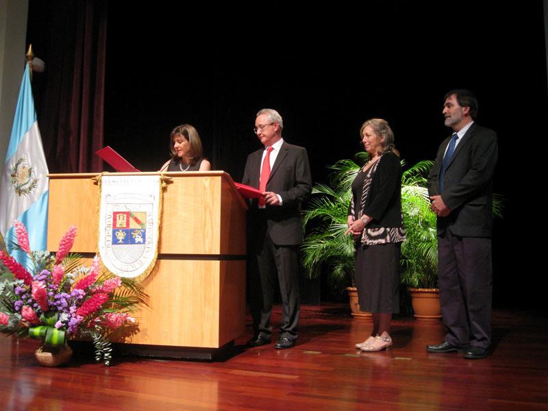 Ingrid de Figueroa, Barbara Fash, William Fash y Estuardo Mata durante la entrega de la Orden del Pop.