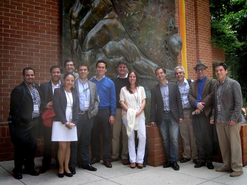 Participantes en Exploraciones sobre la libertad, frente a Atlas Libertas, en la UFM.
