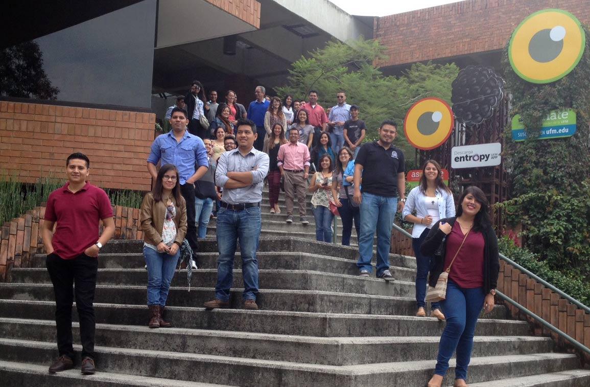 Estudiantes de Arquitectura, de la Universidad de El Salvador, en el Centro Cultural de la UFM.