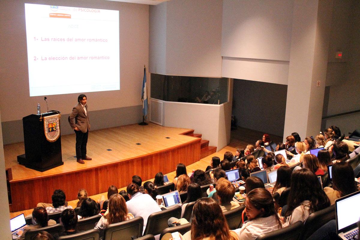 Juan Ignacio Ardón, en el Auditorium Milton Friedman, habló sobre la psicología del amor romántico. (Foto por María José Ajcú)