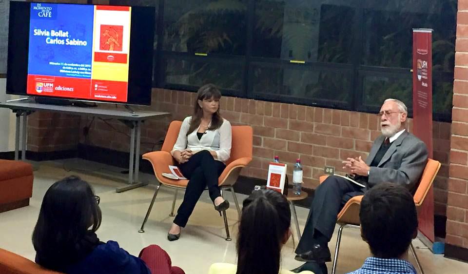 Silvia Bollat y Carlos Sabino durante la presentación de La juventud guerrillera, en la Biblioteca von Mises.