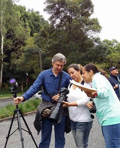 Vista de los participantes en el recorrido de observación de aves en la UFM. (Foto por Arboretum)