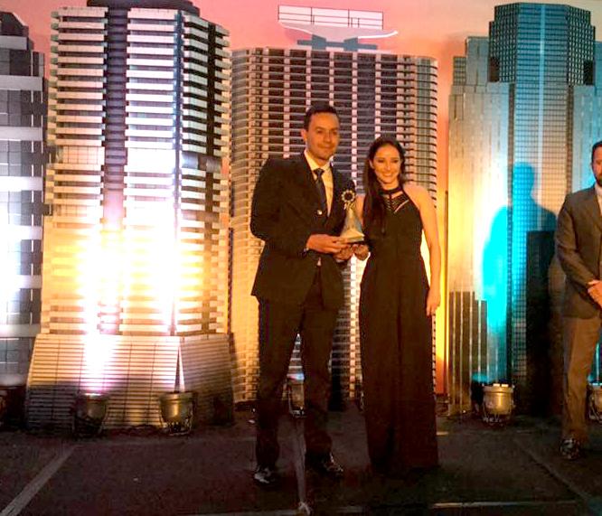 Rodrigo Blanco y Pauline Kolter al recibir el premio de la AGG.  (Foto por la Asociación de Gerentes de Guatemala)