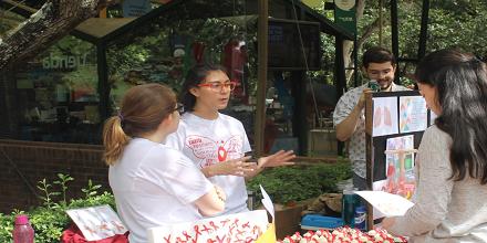 Estudiantes de Medicina en Feria de los Microbios