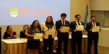 Derecho UFM otorgó reconocimiento a participantes en competencias internacionales