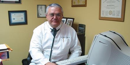 Doctor Federico Alfaro recibió reconocimiento del Colegio La Preparatoria
